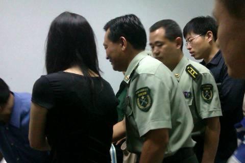 309醫院,李雙江向受傷的彭先生夫妻道歉,解放軍藝術學院的領導也一同圖片