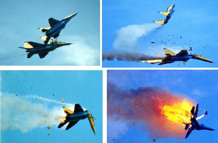 飞行表演时相撞,飞机坠毁