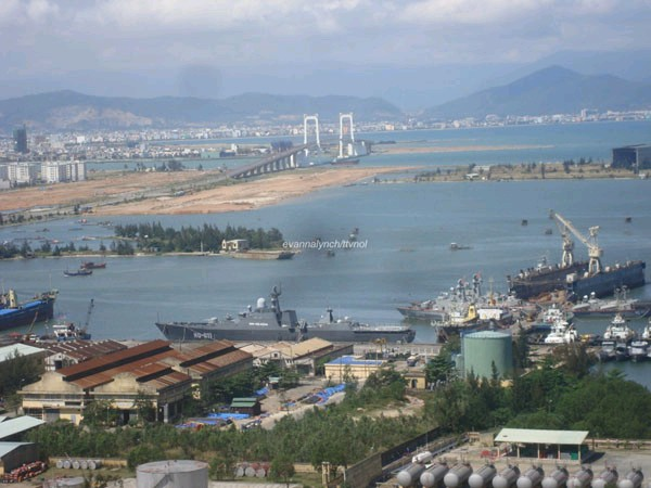 中国评论新闻:越南海军最强战舰停靠军港谍照