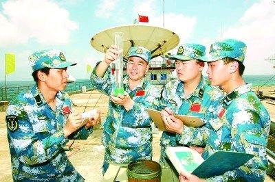 李文波_李文波(左二)用自己研制出的自动滴注式蒸发水测量装置进行准确观测.