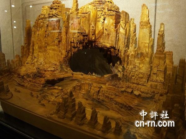 山水景观雕塑,彷佛3d版的张家界美景.(中评社 黄文杰摄)