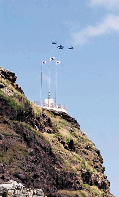 韩国几架f15k战机日前在独岛上空巡逻.