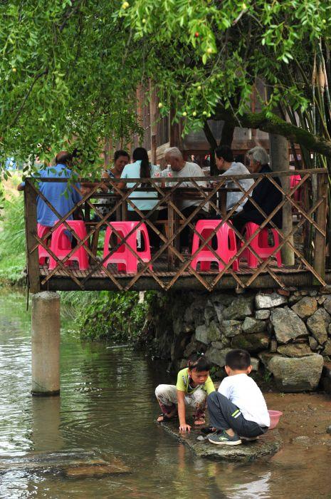 花镇刘家桥村的小溪边玩耍(摄於8月25日).新华社-楚天民俗第一图片
