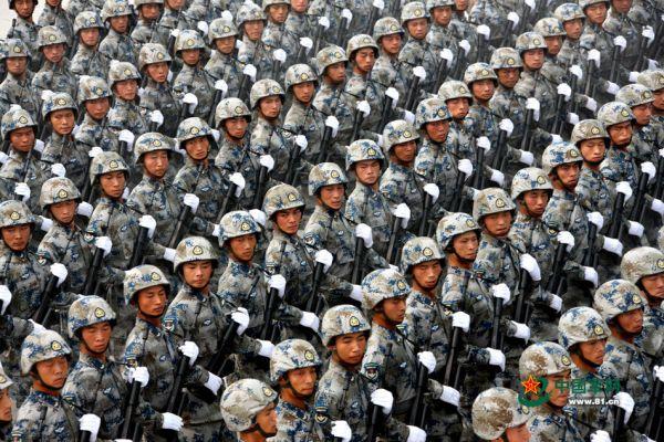 2009年国庆60周年阅兵中的空降兵方队.(来源:中国军网)