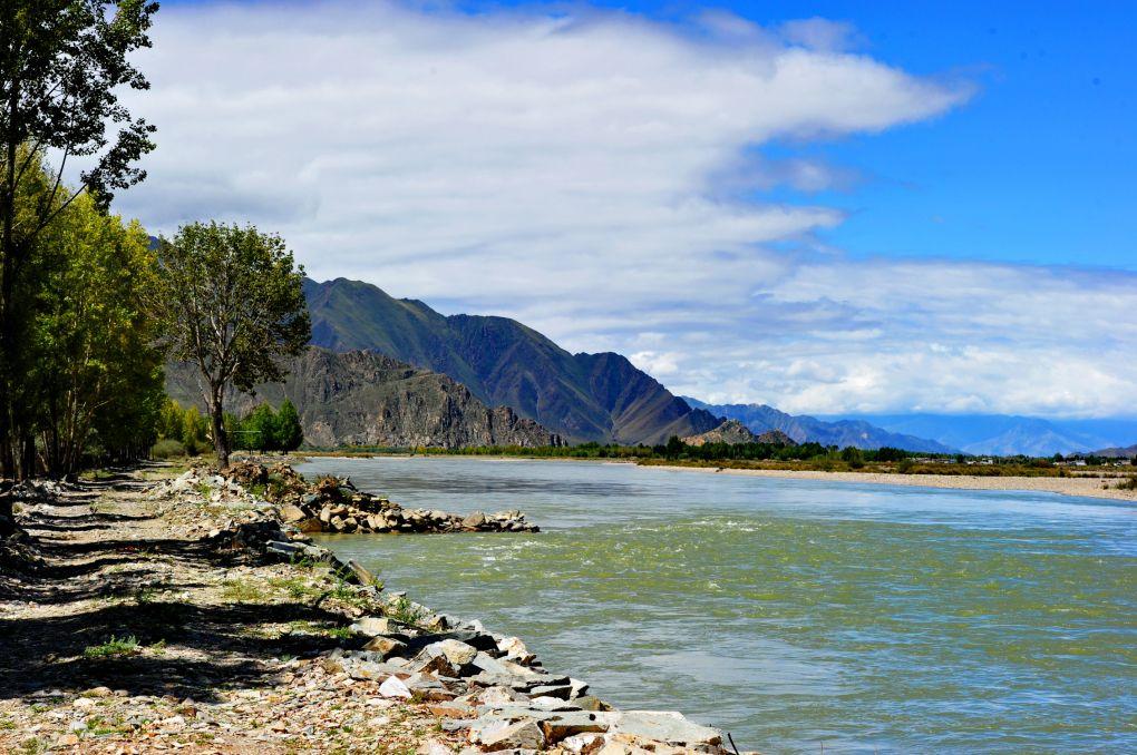 金秋时节的西藏拉萨河畔风景秀丽,令人陶醉.新华社