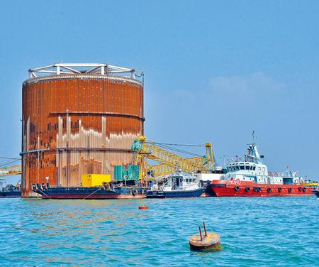 港珠澳大桥人工岛首次发生夺命意外,有关部门人员乘船到查调查.-