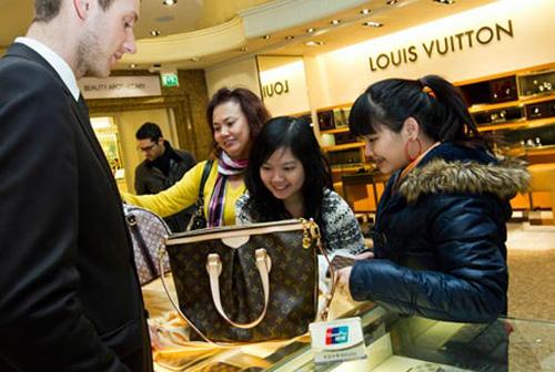 中国人在境外消费奢侈品已经成为世界第一高清图片