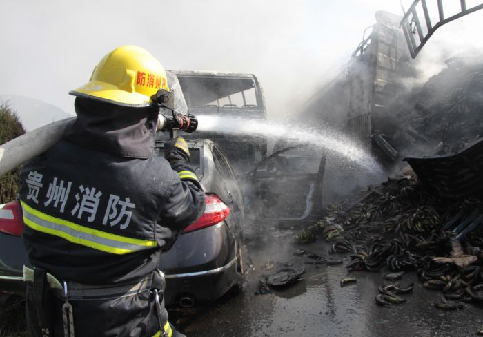 沪昆高速贵州安顺境内多车连环相撞 组图