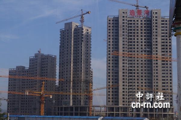 青岛西海岸经济新区大力建设,高楼大厦如雨后春笋矗立,进步快速惊人.