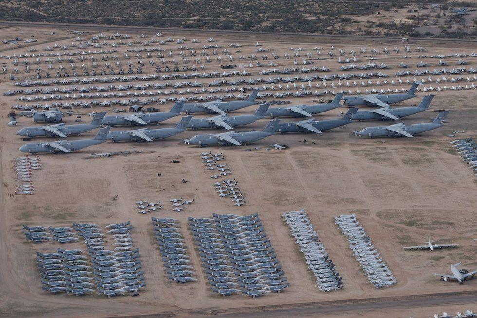 中評社北京8月23日電/美軍飛機墳場,指的是美國亞利桑那州圖森市附近的航空航天維護與再生中心。由於美軍退役飛機大都會被運往該中心進行處理,因此又有飛機墳場之稱。這些飛機並不完全都是損壞的。這裡氣候乾燥,飛機在這裡全部得到了非常好的保養。這裡的飛機主要用於給現役飛機補充零件,部分戰機作為戰略儲備,還有大量戰鬥機如F-16等用於翻新後出口他國。