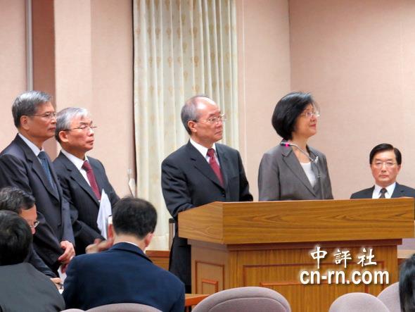 王福林(右起),罗莹雪,黄世铭,陈守煌(左后二),吴水木(左后一)齐聚一堂