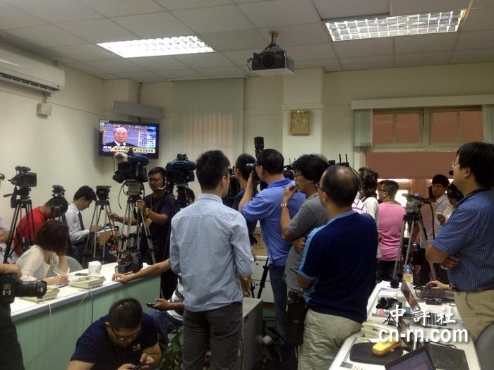 原本要采访民进党团的媒体,镜头纷纷转而向黄世铭的转播.