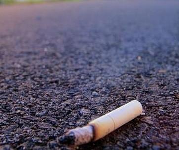 烟头扔进垃圾桶标识语