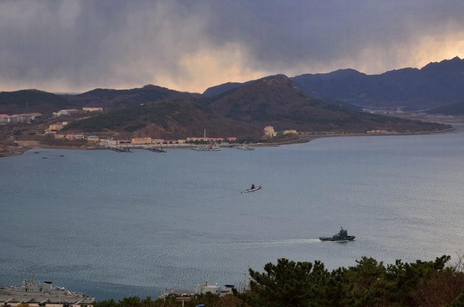 位于遼寧省大連市旅順口區中心的白玉山南,地處黃,渤海要沖,為京津