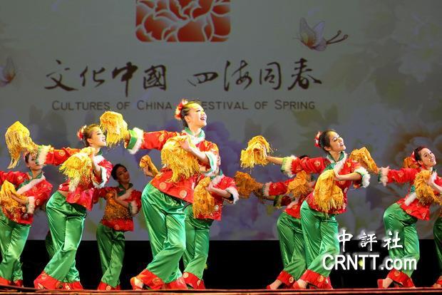南京前綫歌舞团的舞蹈《红红火火大拜年》(中评社记者 宋楷文摄)-