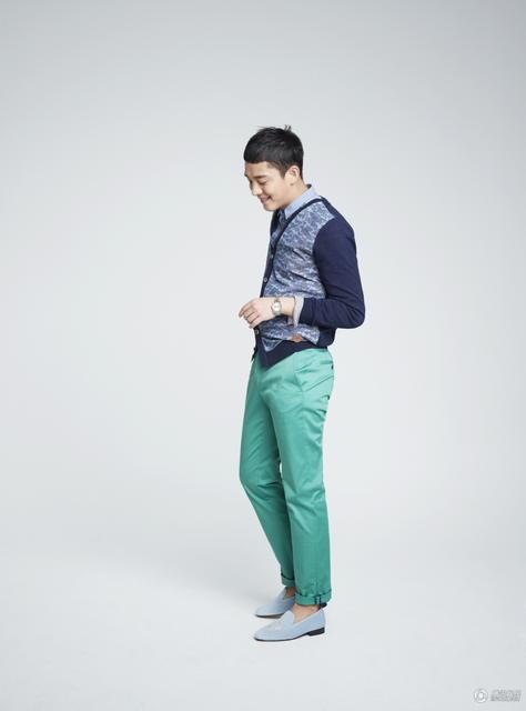 中国评论新闻:韩国演员刘亚仁拍写真 展时尚休