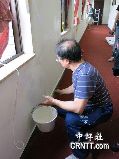 油漆工到议场将涂鸦墙面盖上白色油漆.(中评社 黄筱筠摄)-学生将