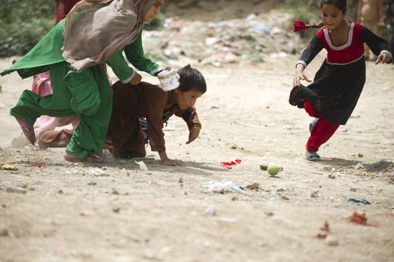 5月31日,在巴基斯坦伊斯蘭堡一處難民營,阿富汗女童在取水。在巴基斯坦境內,從邊境城市白沙瓦到首都伊斯蘭堡,存在著大大小小的阿富汗難民營。巴基斯坦政府和聯合國難民署的統計顯示,目前有超過160萬阿富汗難民滯留在巴基斯坦各地。難民營內條件簡陋,污水橫流,衛生情況堪憂。然而,難民營的兒童別無選擇,在這裡度過他們的苦樂童年。新華社