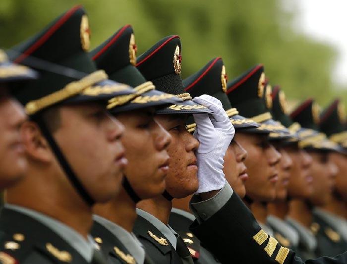 中国评论新闻 解放军三军仪仗队女兵迎宾前补妆瞬间 组图