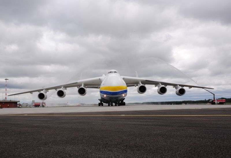世界最大运输机首降里加机场(组图)