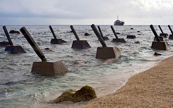 越南占据南海岛礁并修建反登陆障碍.
