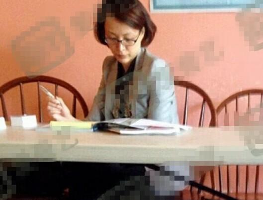 中国评论新闻:董卿美国素颜读书照曝光(图)