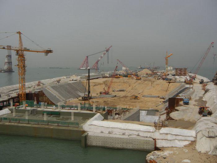 中国评论新闻 港珠澳大桥涉违规桥墩已停工