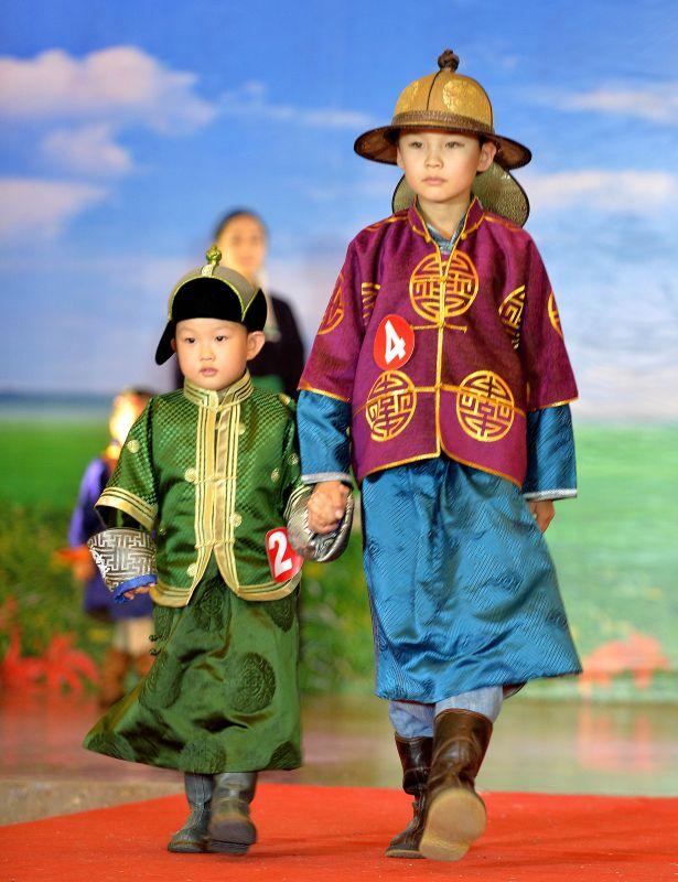 7月29日,两名小朋友在展示蒙古族服饰.新华社