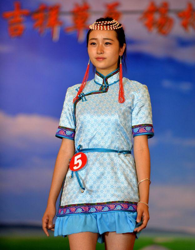 7月29日,一名模特在展示蒙古族服饰.新华社