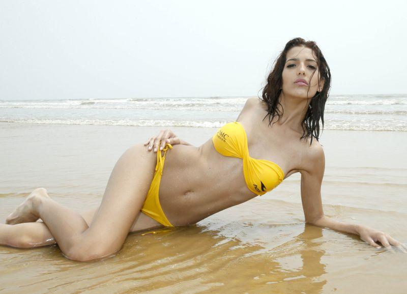 8月23日,参加世界比基尼模特大赛的佳丽在海边展示泳装.新华社