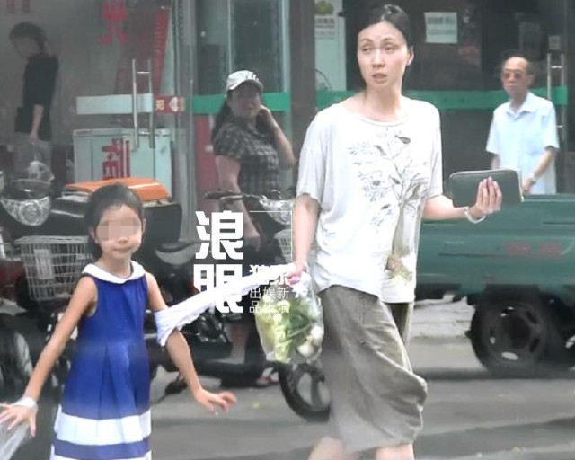 董卿美国素颜读书照曝光(图)
