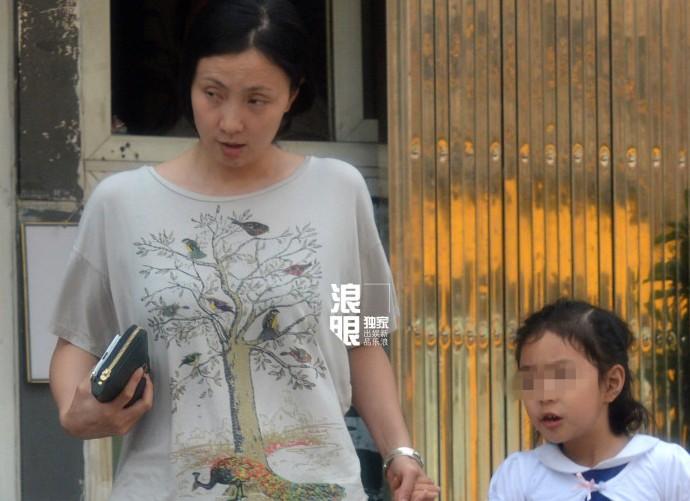 中国评论新闻:小陶虹素颜外出购物