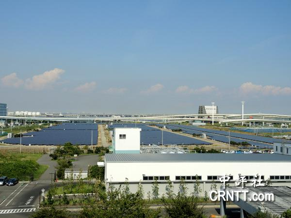 李登辉参访浮岛太阳能发电 听得很仔细