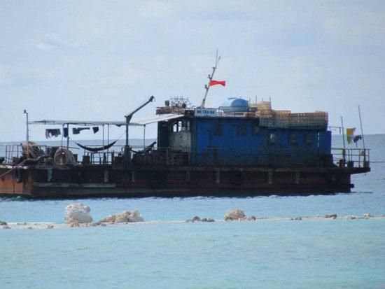 越南在中国岛礁造陆现场曝光 派军队护卫