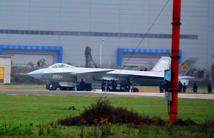 第一名:美國F-22型猛禽隱形戰鬥機   洛克希德馬丁/波音F-22猛禽(英語:Lockheed Martin/Boeing F-22 Raptor)是一種單座雙引擎第五代隱形戰鬥機。主要任務是取得並確保戰區的制空權,額外的任務包括對地攻擊,電子戰和信號情報。F-22是目前現役的唯一一款第五代戰鬥機,F-22於2000年代中期陸續進入美國空軍服役,以取代上一代的主力機種F-15鷹式戰鬥機。   F-22是當代造價最昂貴的戰鬥機種之一,是當今世界最強戰鬥機之一。它配備了AN/APG-77主動相控