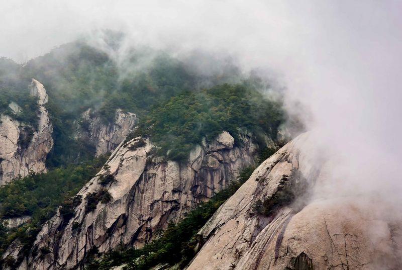 在湖北省罗田县的天堂寨景区,山峦深处云雾缭绕(10月21日摄).新华社