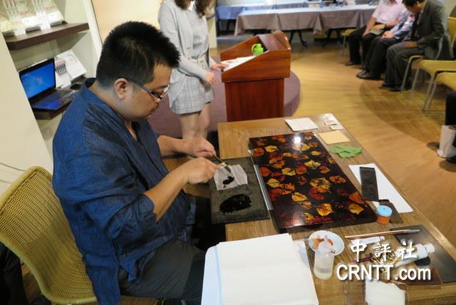 台湾漆器艺术大师梁晊玮现场示范拓叶脉,贴金箔的漆器创作.