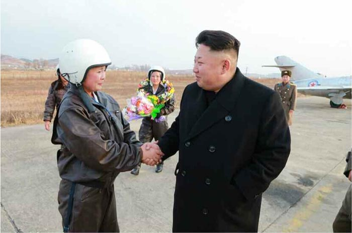 中評社北京11月28日電/據朝中社28日報道,朝鮮人民軍最高司令官金正恩指導朝鮮人民軍航空與防空軍女殲擊機飛行員進行了飛行訓練。   金正恩在機場跑道了解女殲擊機飛行員的起降單獨飛行訓練計劃後,指導了訓練。   金正恩指出,女殲擊機飛行員在今天的訓練中大力顯示了朝鮮婦女剛毅的意志和不屈的氣概,不是因為體力條件和技術準備狀態優秀。這是真摯的愛祖國情懷、透徹的保衛祖國精神的最高表現,說明她們自己選擇艱難的人生航路的崇高革命精神達到了極致。金正恩親自給為女殲擊機飛行員拍照。   金正恩表示希望女殲擊機飛行員