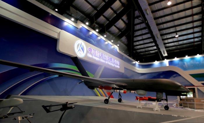 中評社北京11月8日電/環球軍事報道,第十屆珠海航展將於11月11日在廣東珠海隆重開幕,目前展區內的正在緊鑼密鼓進行布展工作,不少參展商的展品也已經提前抵達。   彩虹-4無人機是由中國航天科技集團公司自主研發,是在彩虹-3基礎上新研發的一種無人駕駛飛行器。彩虹-4無人機中程無人機系統的主要裝備構成包括:中程無人機、地面車載遙測遙控站和地面保障設備。最遠航程能達到3500公里,巡航時間可達40小時,其間無須加油。該飛機裝有照相、攝像等裝置,SAR雷達,通信設備,除了常規偵查以外,還可以掛在精確制導武器