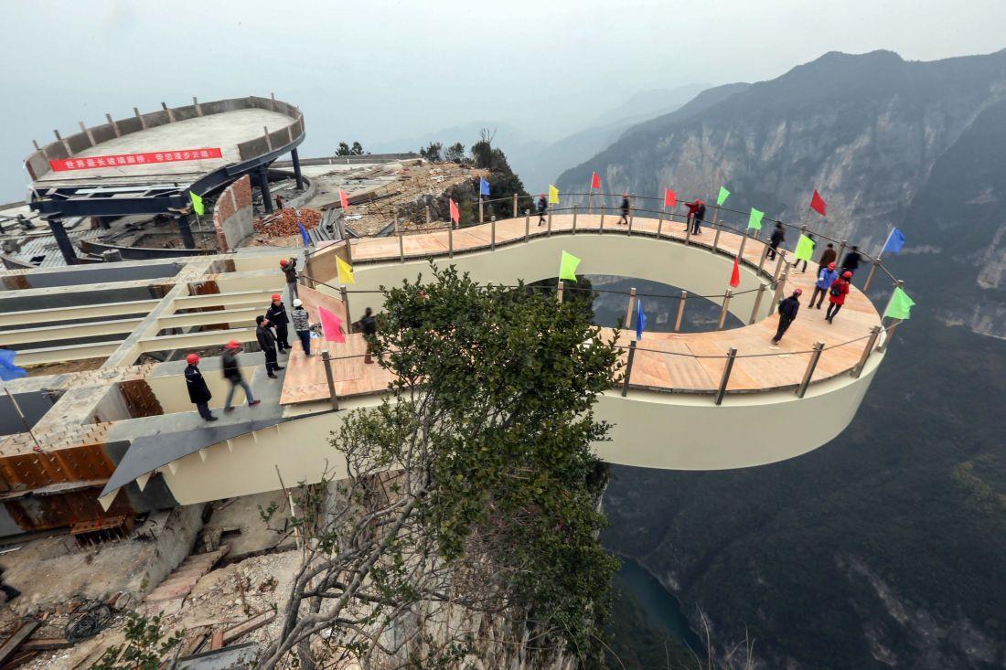 重庆云阳龙缸景区悬挑玻璃景观廊桥(组图)