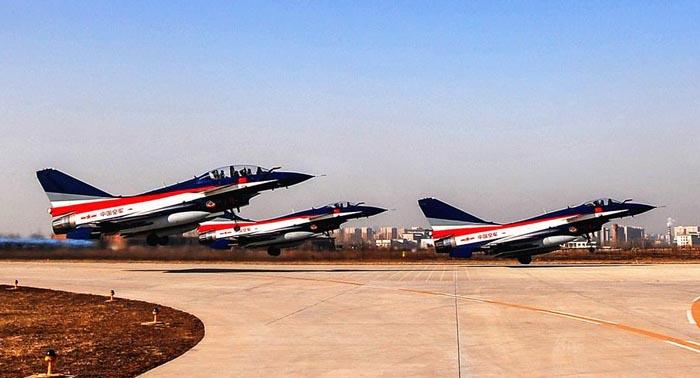 3月10日上午,空军八一飞行表演队歼-10表演机在本场起飞,进行国内转场