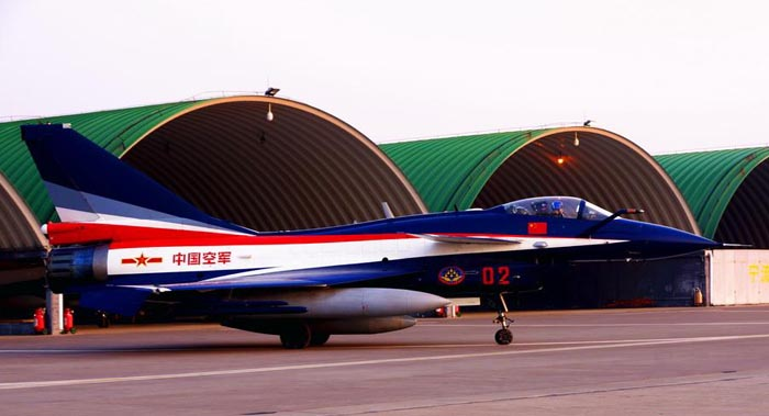 3月11日,空军八一飞行表演队歼-10表演机滑出机棚,准备起飞.