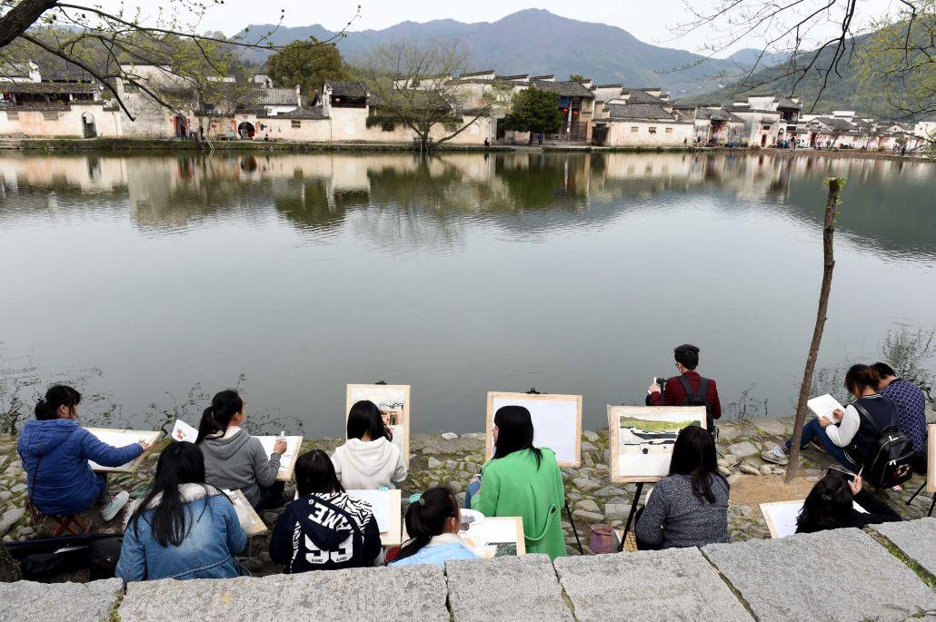 3月24日,学生们在宏村风景区写生.新华社