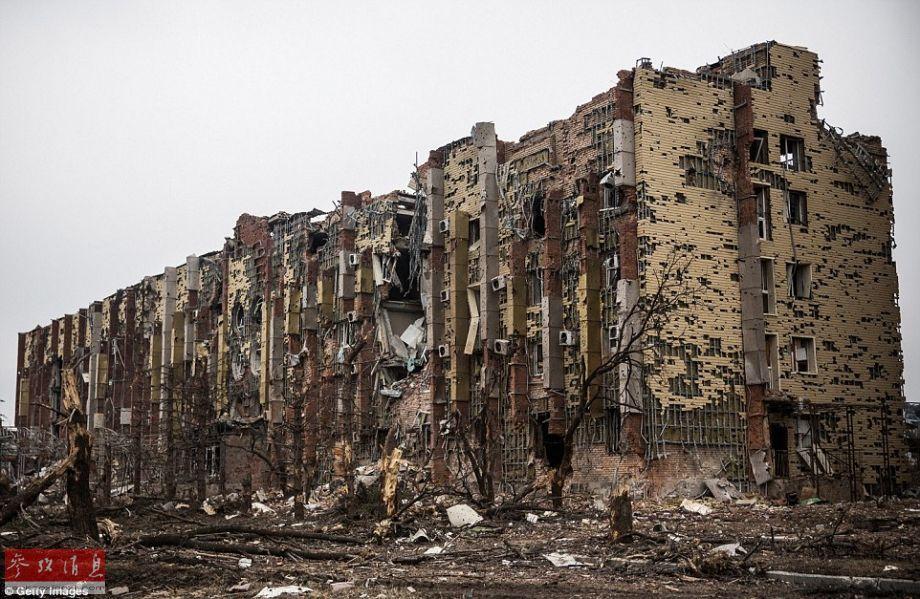 顿涅茨克机场附近,一家被严重损坏的旅馆伫立在废墟中