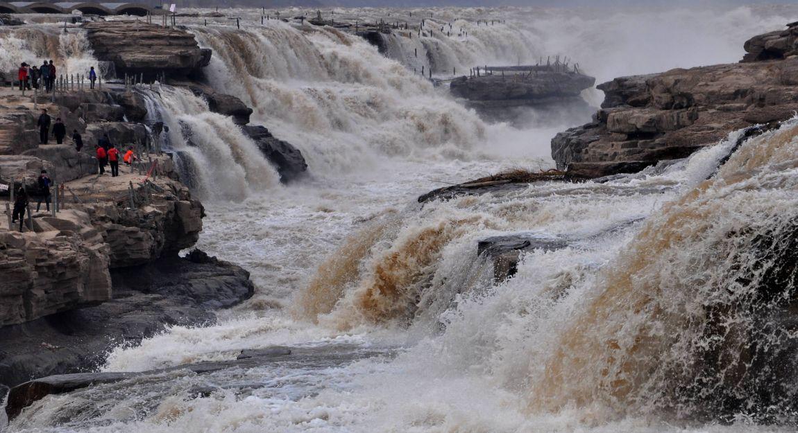 3月7日,游客在黄河壶口瀑布景区游览观瀑.