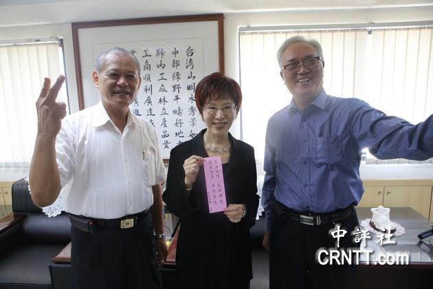 挺洪的易经老师王工文(右)送了一句诗给洪秀柱建言,左为台中市工业图片
