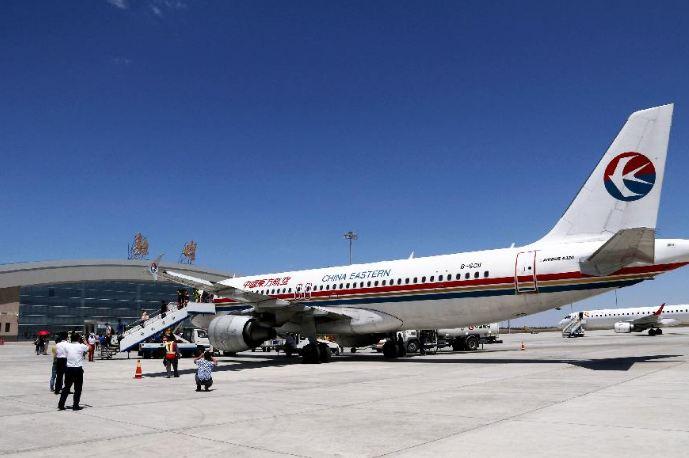 搭乘浙江宁波至甘肃敦煌直达航班的游客抵达