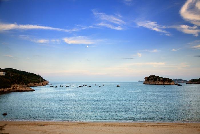 """推荐景点有岛上最大的沙滩""""大王沙滩"""",适合看日落的""""山海奇观"""",听"""