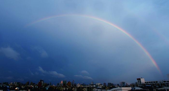 天空出现那一道彩虹_中评社北京7月22日电/7月21日傍晚时分,宁波市雨后天空呈现一道彩虹