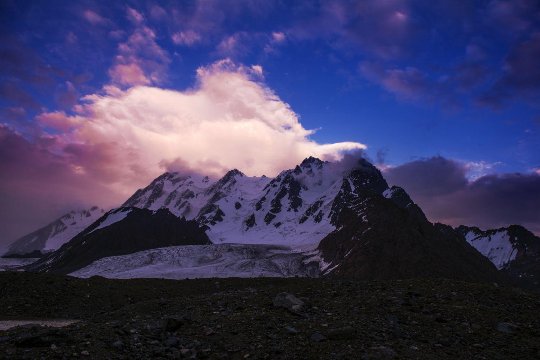 8月4日,位於新疆阜康市的东部天山主峰——博格达峰沐浴在夕阳中.